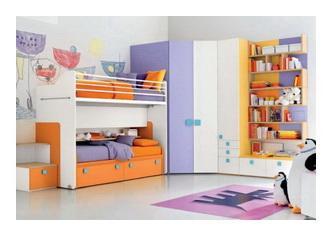 Комод и вешалки в комнате детской